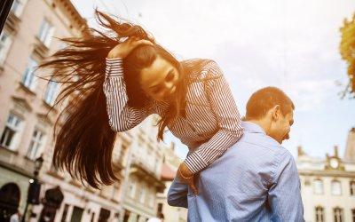 Ist sie in mich verliebt – 11 Anzeichen, die es dir WIRKLICH verraten